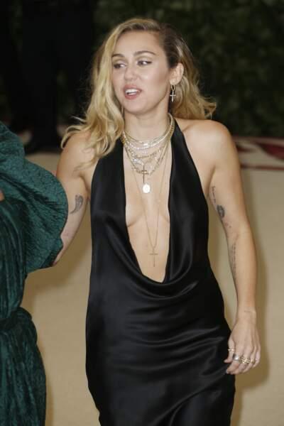Miley Cyrus ne se contente pas de ramener ses longueurs derrières les oreilles, elles les attachent avec un bijou