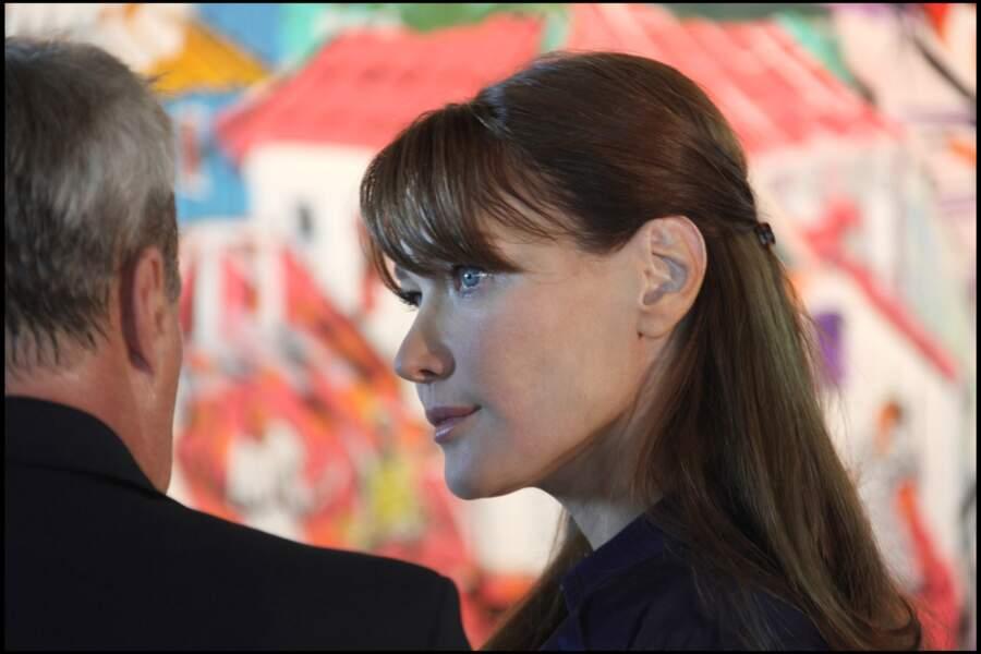 Carla Bruni, et ses cheveux longs attachés en arrière, un look sobre et chic en 2008 au Brésil