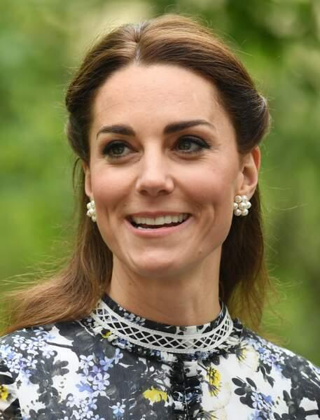 Kate Middleton avec une coiffure qui laisse transparaître ses cheveux blancs malgré la polémique