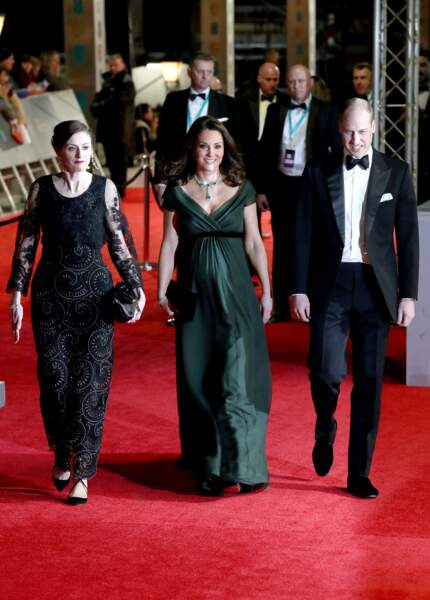 Kate Middleton radieuse en robe verte, mettant en valeur son baby bump