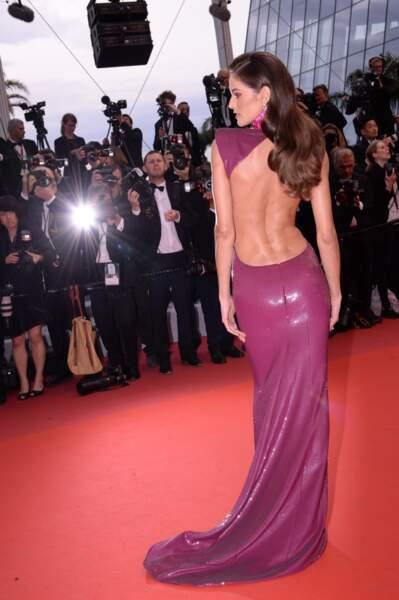 Cheveux planqués et ondulations rétro, le look glamour d'Izabel Goulart à Cannes le 14 mai 2019