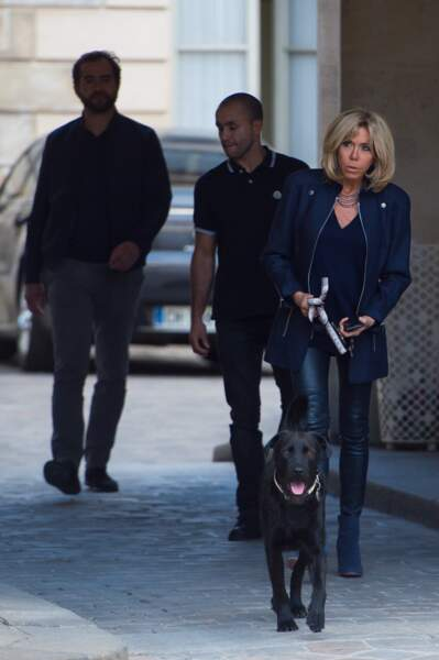 Brigitte Macron est adepte du slim cuir porté par plusieurs personnalités cet automne