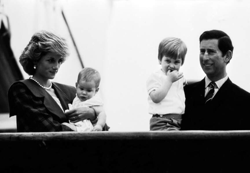 Les Princes William et Harry dans les bras de leurs parents