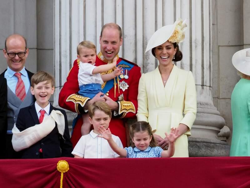 La princesse Charlotte avec les bras en l'air