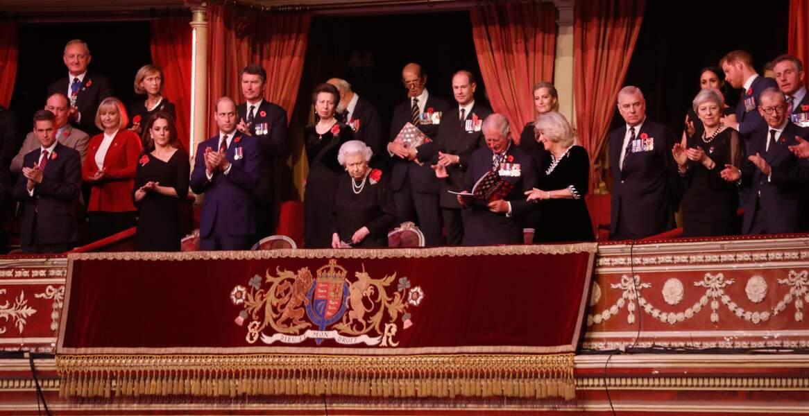 Alors que Kate Middleton et le prince Harry sont aux côtés de la reine, Meghan Markle est loin derrière.