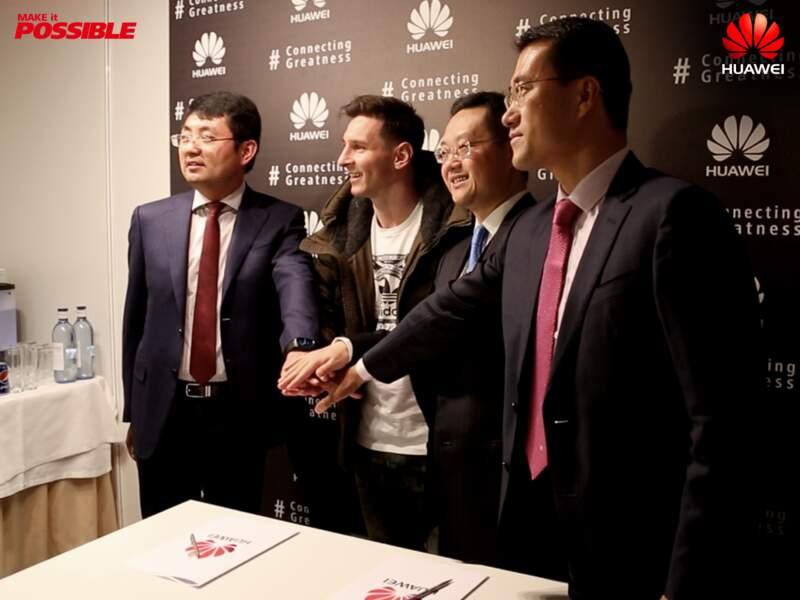 Lionel Messi et les responsables Huawei