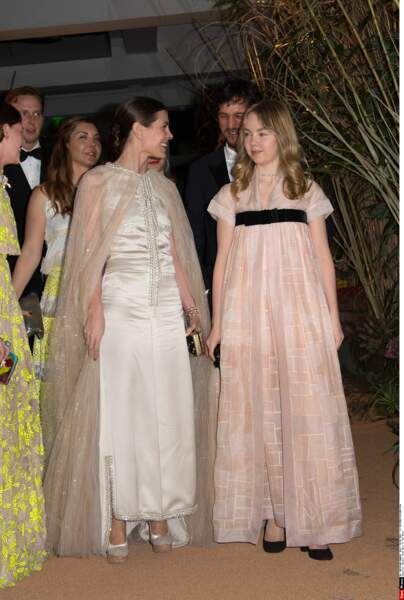 Caroline de Monaco arrive au gala, radieuse, au côté de sa fille de 16 ans, Alexandra de Hanovre