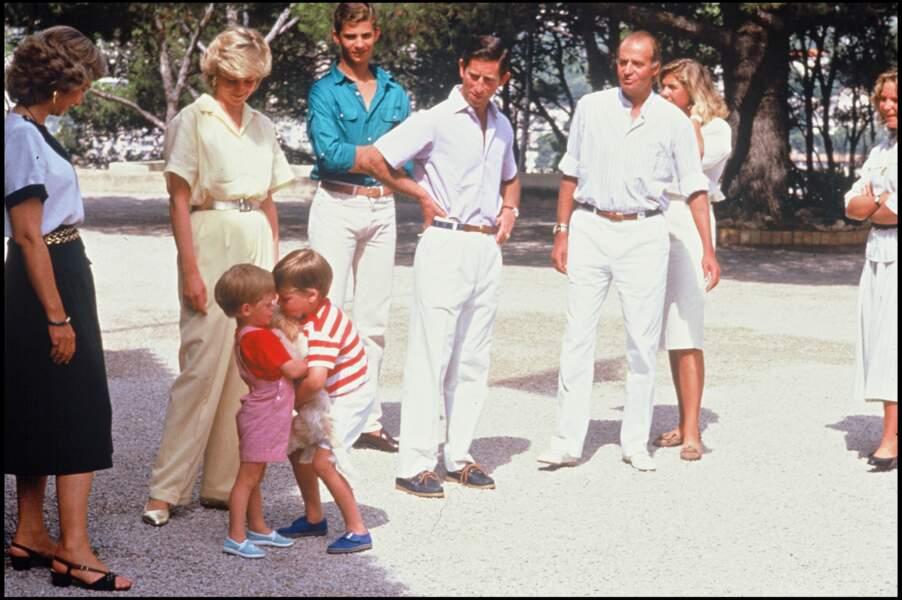 Harry et William jouent avec le chien de la famille royale d'Espagne, sous le regard de Charles et Diana, en 1987