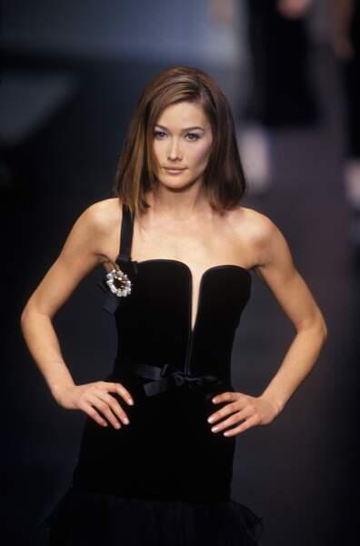 Carla Bruni et son carré long avec raie sur le côté, lors du défilé Valentino en 1995 à Paris