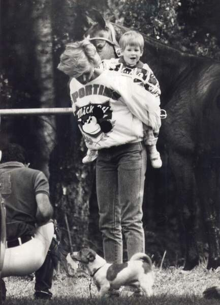Lady Diana porte le prince Harry sur le dos, lors d'un match de polo en 1987
