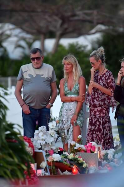 Le producteur Jean-Claude Camus et sa fille Isabelle avec Laeticia Hallyday sur la tombe de Johnny le 22 avril 2018