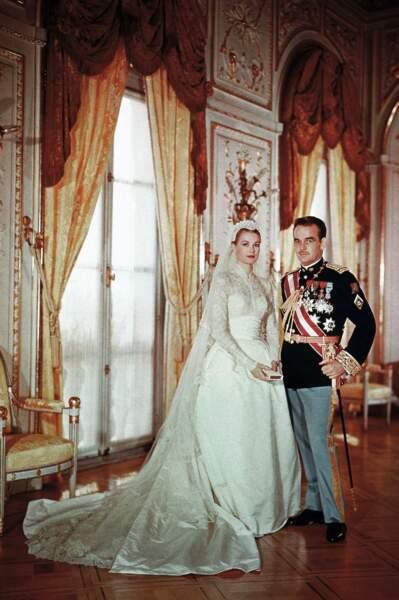 Grace Kelly épouse Rainier dans une superbe robe devenue culte signée Helen Rose, le 19 avril 1956 à Monaco