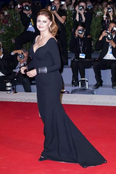 Elle était sublime dans une robe noire décolletée et fendue