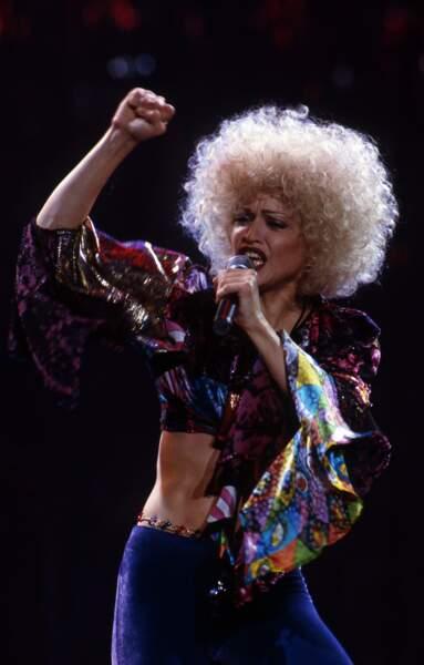 Madonna et sa coupe de cheveux ultra bouclée évoquant la période disco, sur scène en 1993