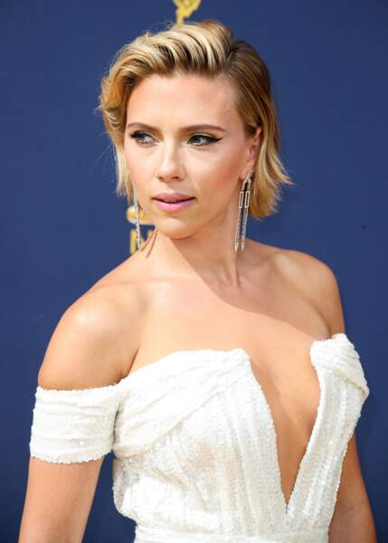 Decolleté plongeant, oeil de chat et cheveux coiffés sur le côté : le triptyque gagnant pour Scarlett Johansson