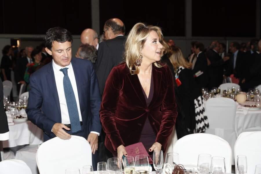 Susanna Gallardo ose le coloris lie-de-vin pour une tenue velours qui matchent avec des boucles haute-fantaisie.