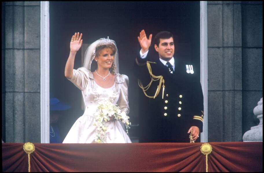 Sarah Ferguson (dans une robe de  Lindka Cierach) et le prince Andrew lors de leur mariage le 21 juillet 1986