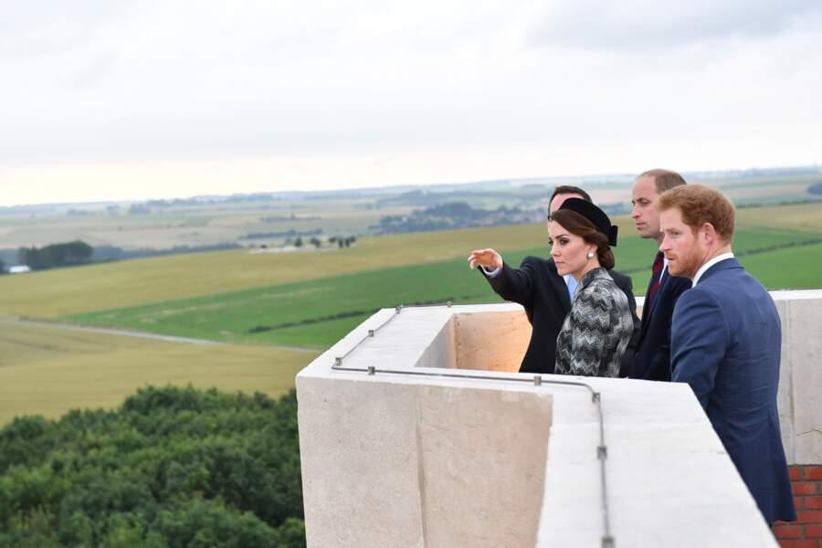 Kate, William et Harry ont pu contempler l'ancien champ de bataille