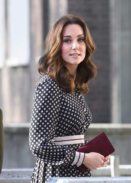 kate Middleton radieuse en robe Kate Spade et pochette Mulberrry