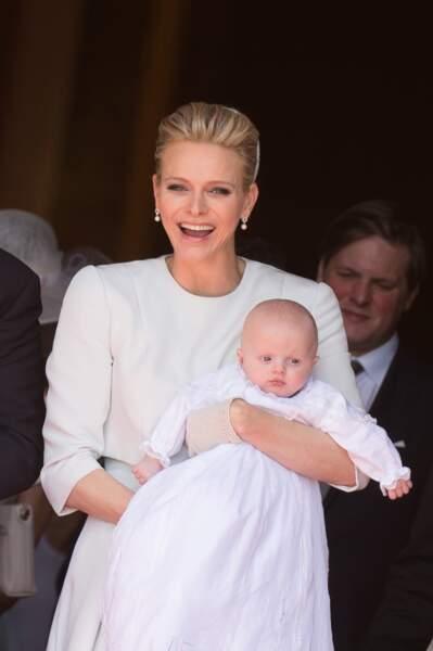 Charlène de Monaco : Coiffure coque maintenue par un bibi lors du baptême de ses enfants en mai 2015