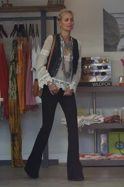 Laeticia en blouse blanche à dentelle et jean noir bootcut, à Malibu, le 12 avril 2015