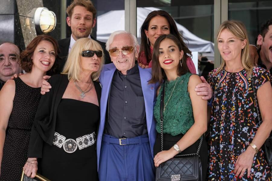 Charles Aznavour avec sa fille Katia (en robe, à dr.), sur la Hollywood Walk of Fame, en 2017.