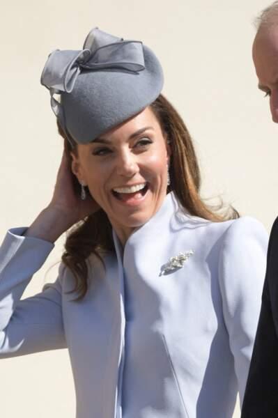 Kate Middleton portait un ensemble bleu lavande avec une broche étincelante