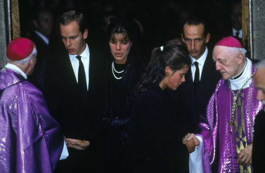 Albert, Caroline et Stéphanie lors de l'anniversaire de la mort de Grace de Monaco, en 1983
