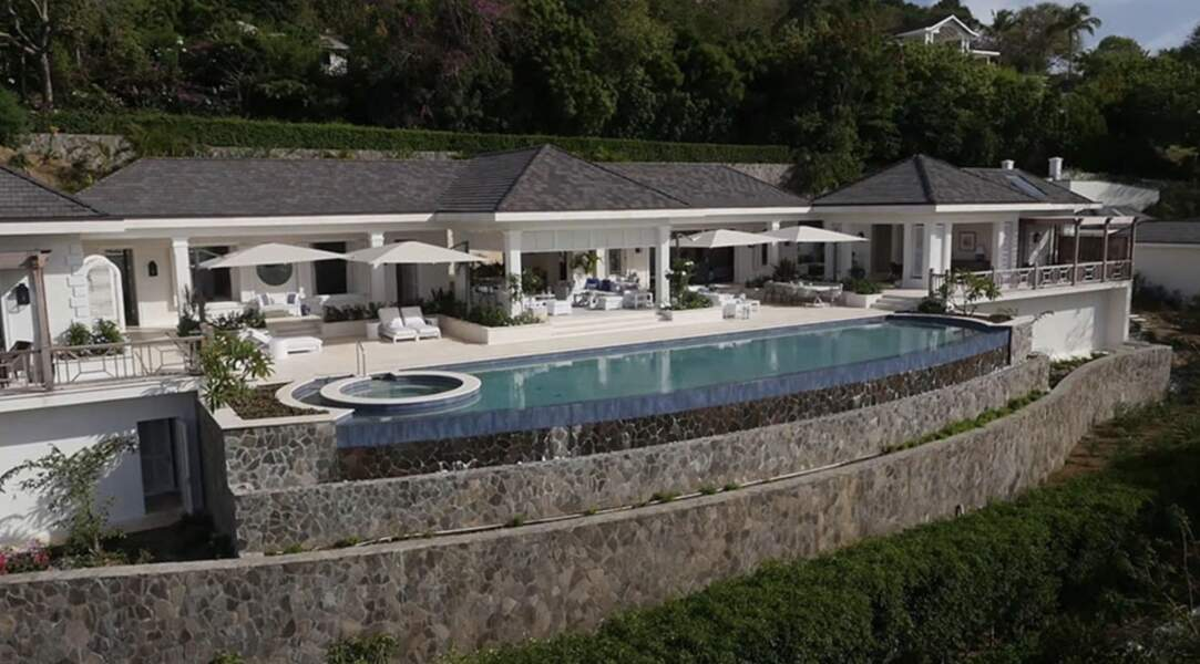 Et il y a même une partie jacuzzi dans la piscine