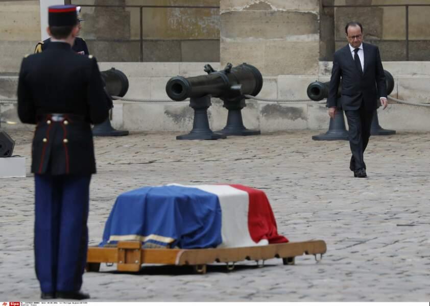 François Hollande, près de la dépouille d'Alain Decaux