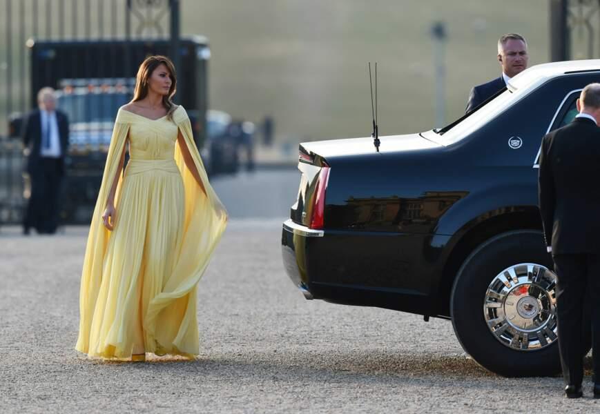 Melania Trump a subjugué les photographes pour le dîner de gala prévu au palais de Blenheim.