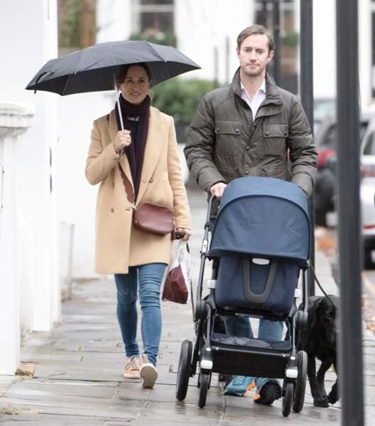 Pippa Middleton et James Matthews baladant leur fils Arthur dans les rues de Londres, le 1er décembre 2018