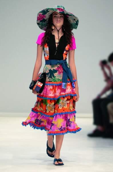 Fidèle à ses imprimés, Etro vante la jupe plissée, fleurie et très colorée