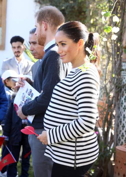 Meghan Markle enceinte et casual chic en jean et marnière de la marque Equipment au Maroc le 25 février