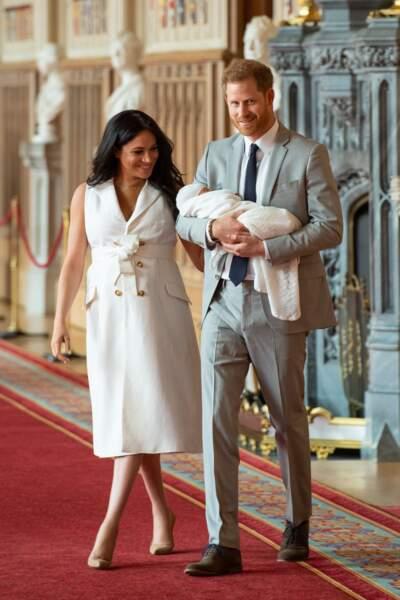 Meghan Markle cheveux lâchés, talons hauts et robe blanche pour présenter son fils