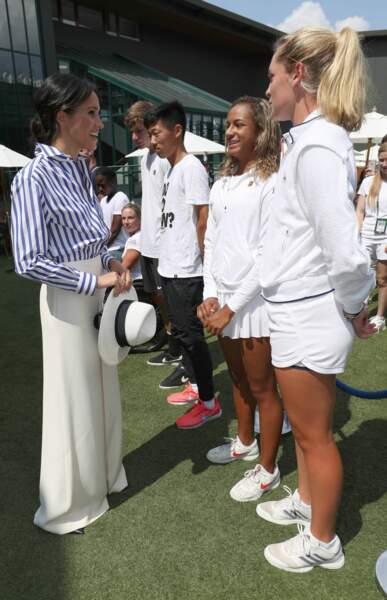 Avec un pantalon blanc et un chapeau style Panama, la chemise Ralph Lauren de Meghan Markle est un classique !