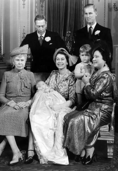 La famille royale encadre la dernière née, la Princesse Anne