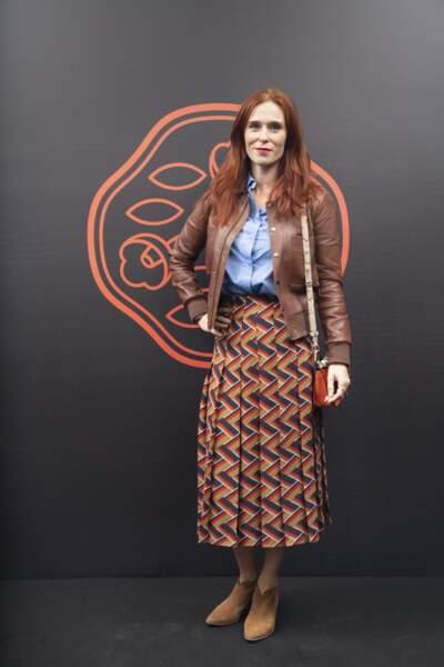 Audrey Fleurot en veste en cuir et jupe colorée