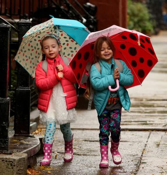 Tabitha et Marion Broderick marchent sous la pluie avec toute la panoplie