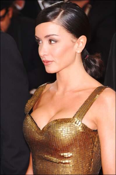 Jenifer en corset doré à Cannes