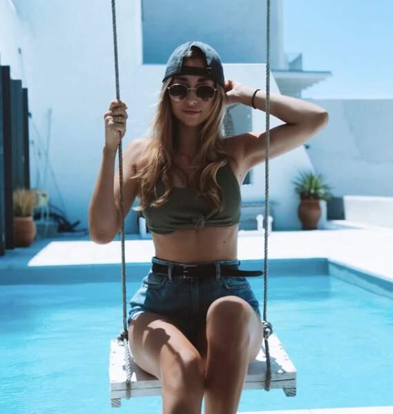 Emma Smet (presque) prête à se jeter dans la piscine, vit des vacances de rêve à Mykonos