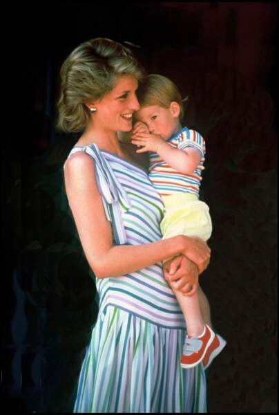 Le prince Harry, blotti dans les bras de sa mère Lady Diana, lors d'un séjour à Majorque en 1986