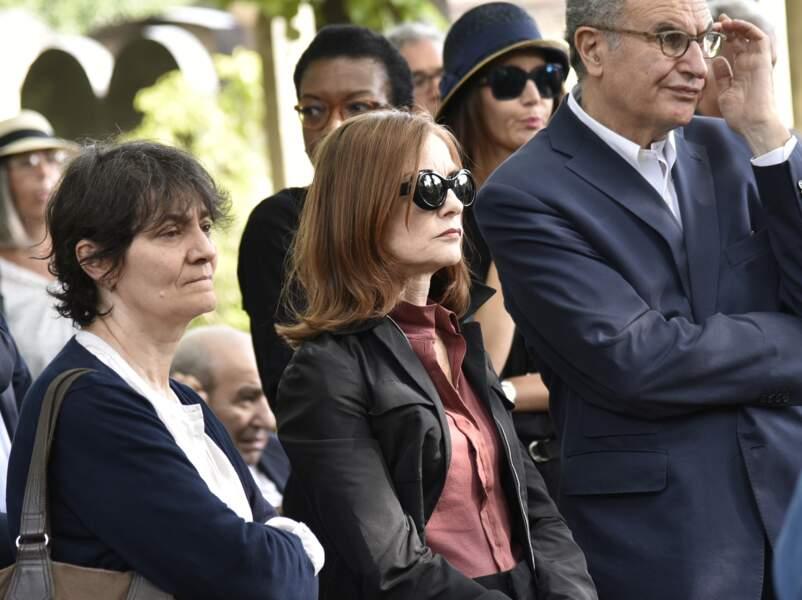 Isabelle Huppet à l'enterrement du cinéaste Claude Lanzmann ce jeudi 12 juillet au cimetière de Montparnasse