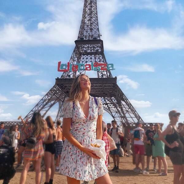 Camille Cert en mini robe à imprimé fleuri lors du festival Lollapalooza à Paris, en juillet 2019