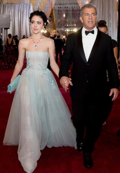 Mel Gibson avec sa compagne Rosalind Ross sous les néons