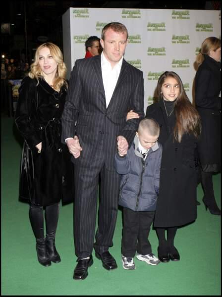 """Madonna, Guy Ritchie, Lourdes et Rocco à la première du film """"Arthur et les Minimoys"""" à Londres en 2007"""