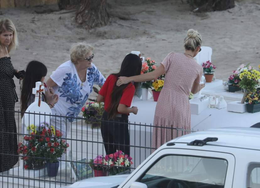 Laeticia Hallyday se rend sur la tombe de Johnny Hallyday avec ses deux filles Jade et Joy