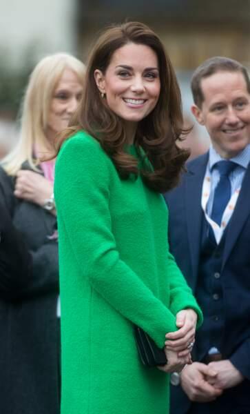 Côté style, elle portait une robe verte tricotée de la marque Eponine London