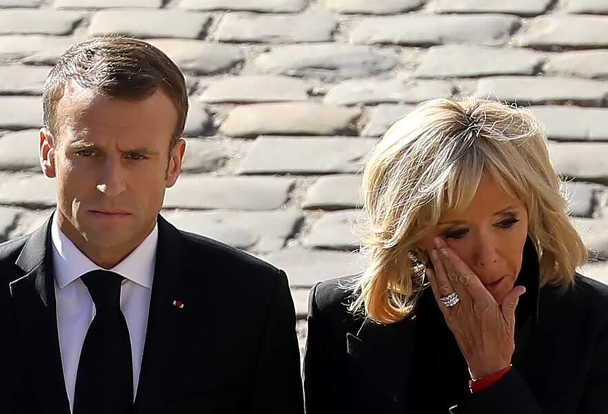 Brigitte Macron en pleurs, au bras d'Emmanuel Macron, lors de l'hommage national à Charles Aznavour ce 5 octobre