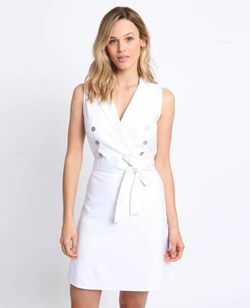 Cette version de robe sans manche est quasi identique à celle de Meghan Markle